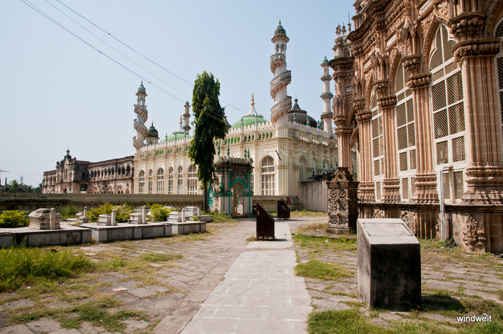 Neben dem Mausoleum ist der Moscheehof