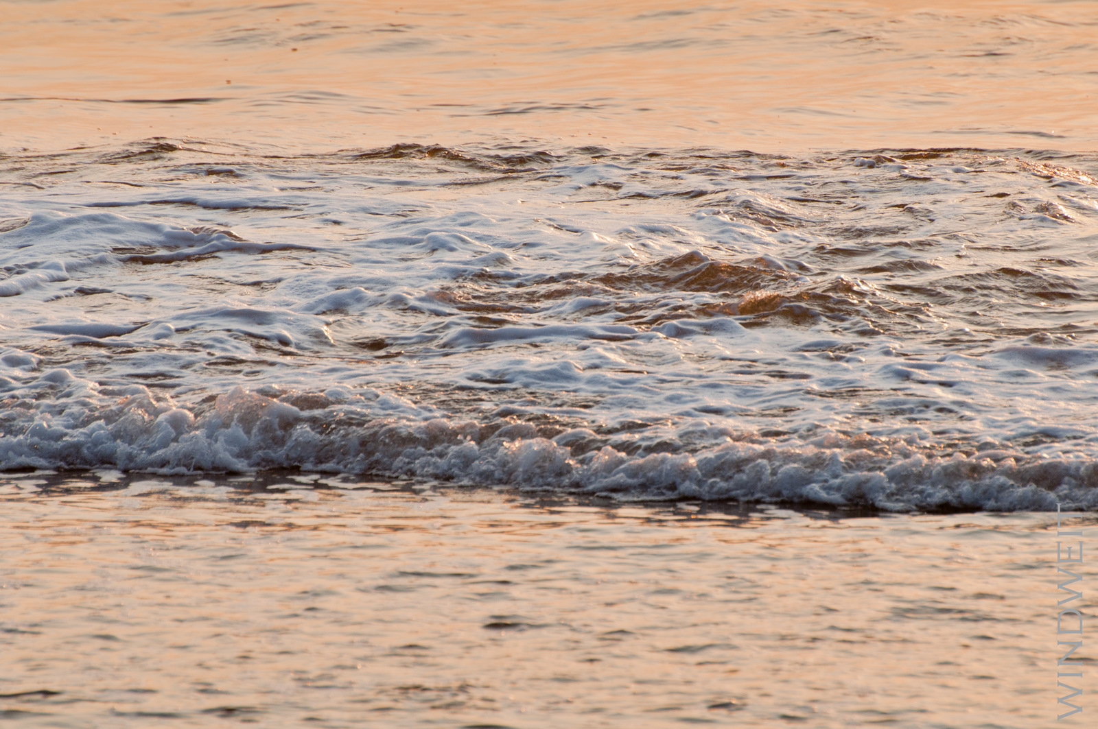 Wellen bei der aufgehenden Sonne