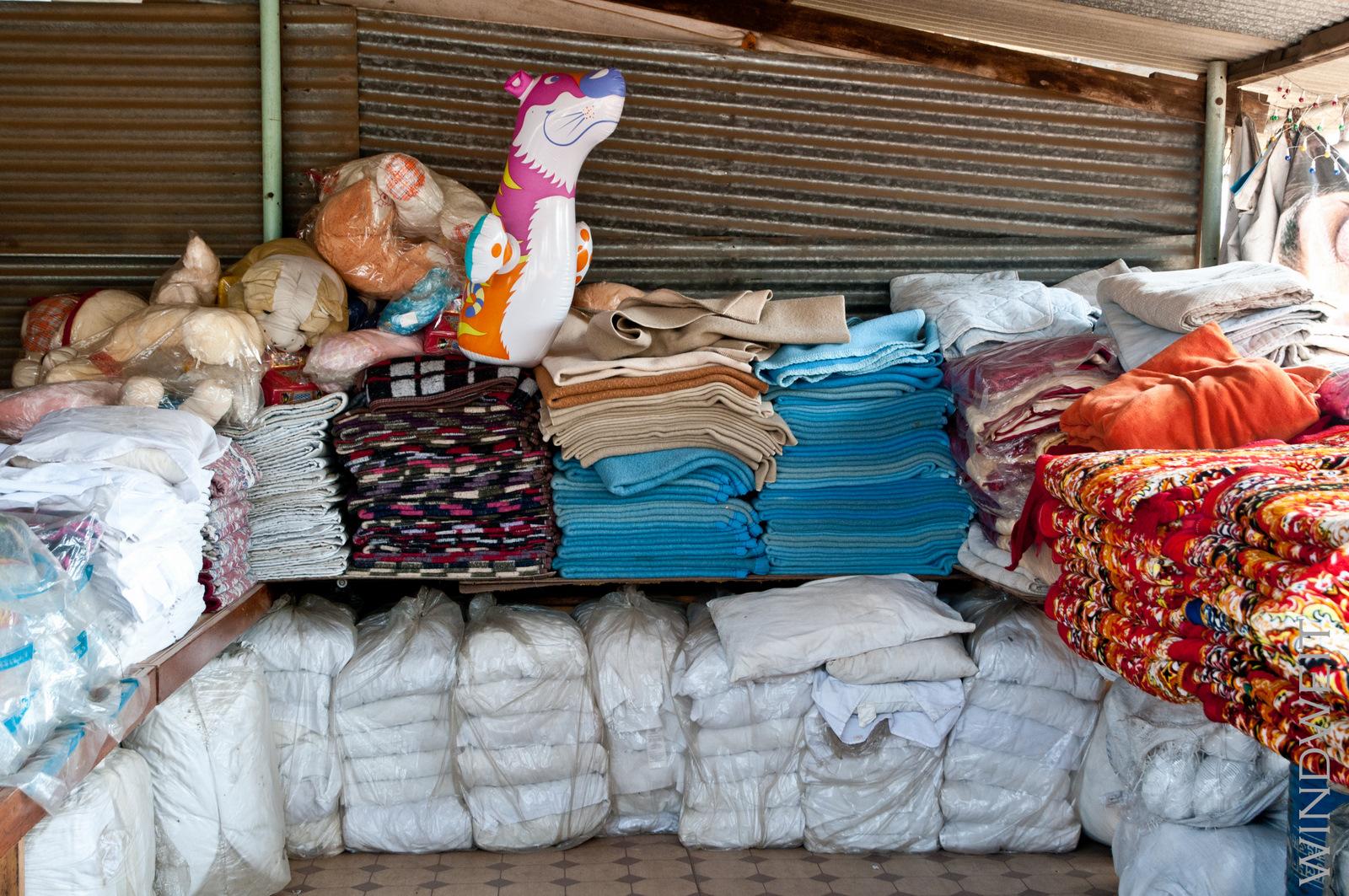 Bettdecken zu verkaufen und ein aufblasbares Kuscheltier
